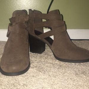 Booties with heel, zipper on back